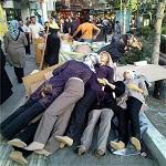 هجوم مامورین شهرداری بهمراه نیروی انتظامی برای جمع آوری مانکن های خیابان جمهوری