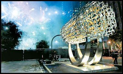 پرده برداری از مجسمه الهامگرفته از منشور کوروش در لسآنجلس