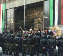 تجمع کارگران کیان تایر در محاصره ماموران ضد شورش
